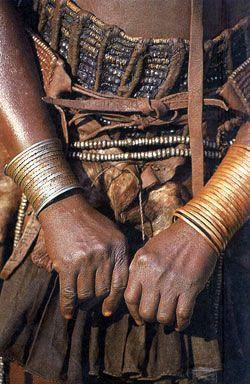 Золотые браслеты - любимые украшения женщин Намибии