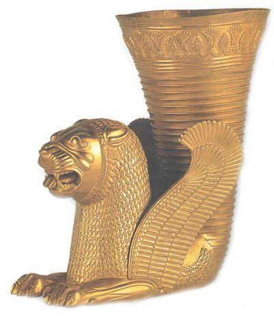 Ритон в виде сидящего крылатого льва